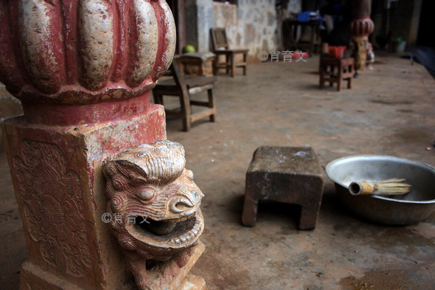 云南有个峰岩洞村,290多人藏在一个山洞里,深居简出300多年